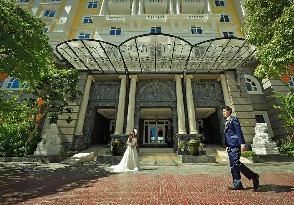 ホテル・ ロイヤル・ホイアン・Mギャラリー<br /> ホテル正面玄関前にて