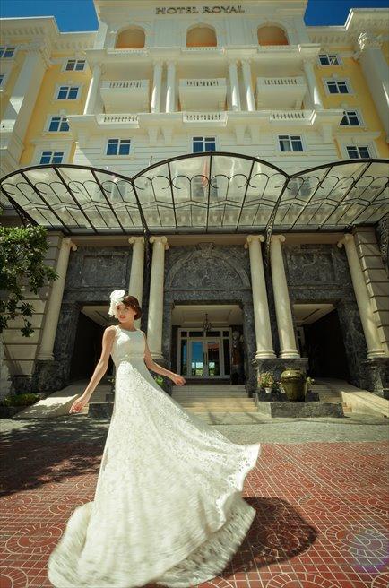 ホテル正面玄関前にて