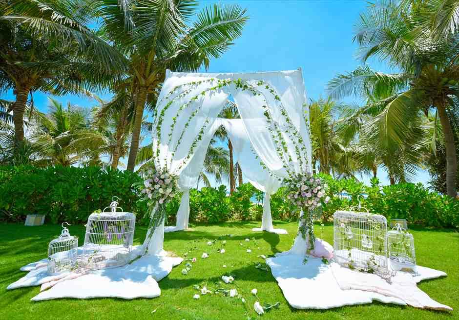 ビーチフロントヴィラ・<br /> ガーデンウェディング<br /> ピンクのかわいらしい装飾