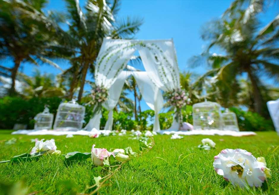 ビーチフロントヴィラ・<br /> プライベートガーデンウェディング<br /> ガーデンバージンロード生花装飾