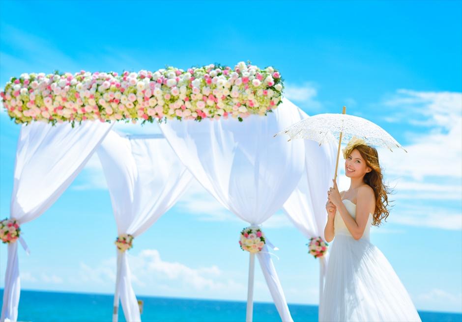 アンサナ・ラン・コー<br /> クラシック・アンサナビーチ挙式<br /> フォトアイテム日傘を差して