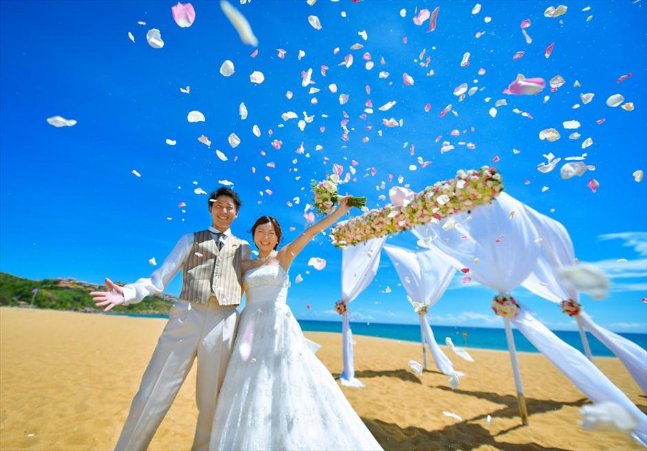 アンサナ・ラン・コー<br /> クラシック・アンサナビーチ挙式<br /> ふんだんに使った花びらでフラワーシャワー