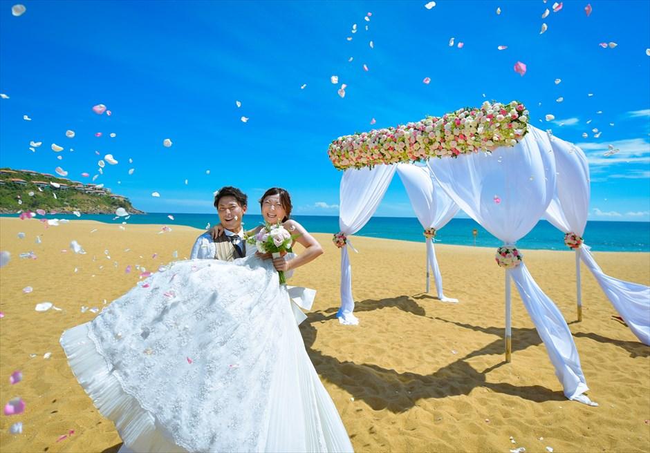 アンサナ・ラン・コー<br /> クラシック・アンサナビーチ挙式<br /> 祝福のフラワーシャワー