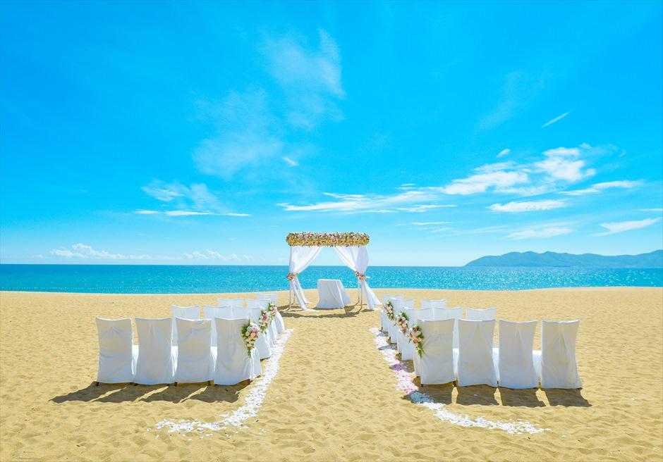 アンサナ・ラン・コー<br /> クラシック・アンサナビーチ挙式<br /> 白を基調とした挙式会場装飾