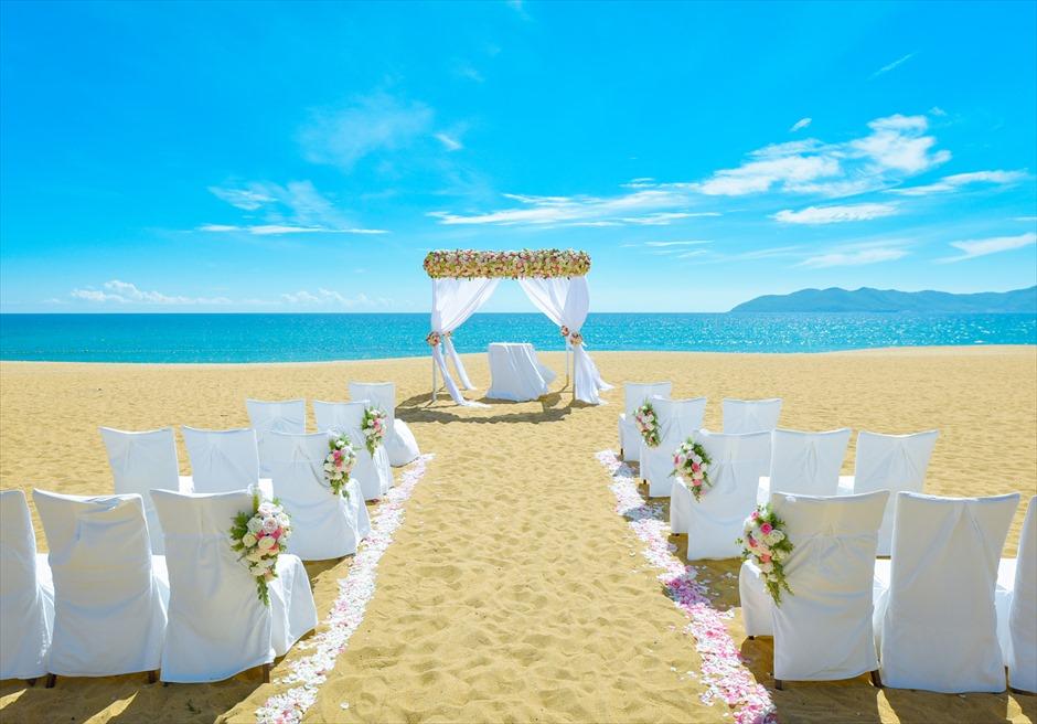 アンサナ・ラン・コー<br /> クラシック・アンサナビーチ挙式<br /> ピンク&ホワイトの生花装飾