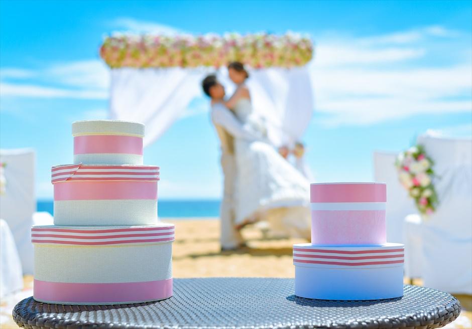 アンサナ・ラン・コー<br /> クラシック・アンサナビーチ挙式<br /> 会場装飾に合わせたピンクリボンケーキ