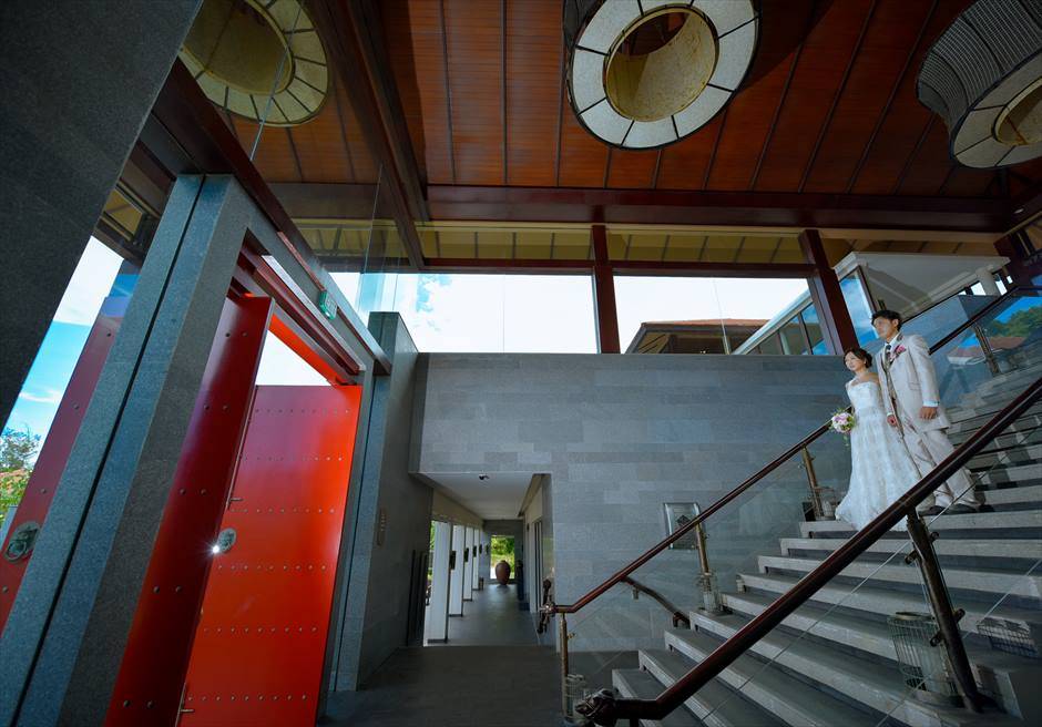 バンヤン・ツリー・ラン・コー<br /> 階段を降りて屋外へ