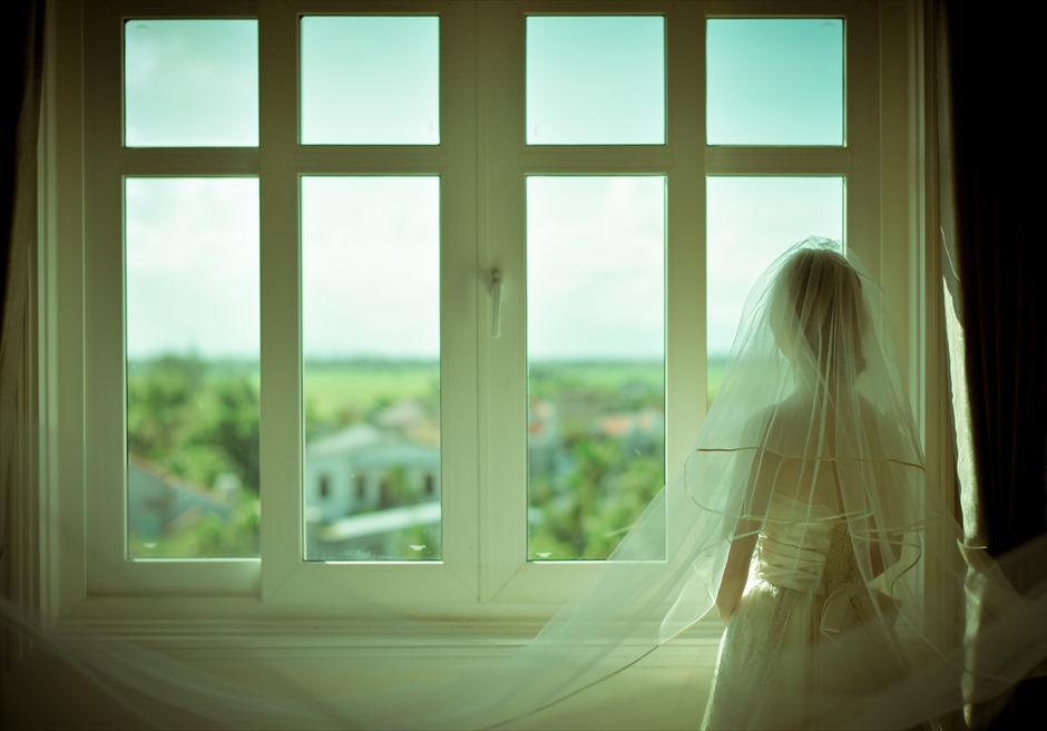 メルキュール・ホイアン<br /> お泊りのお部屋にて<br /> ホイアンの街並みを一望する挙式前撮り撮影