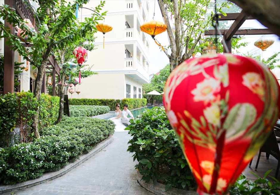 ザ・ビーチ・リトル・ブティック・ホテル<br /> メインプールに続くランタンガーデンにて<br /> フォトウェディング