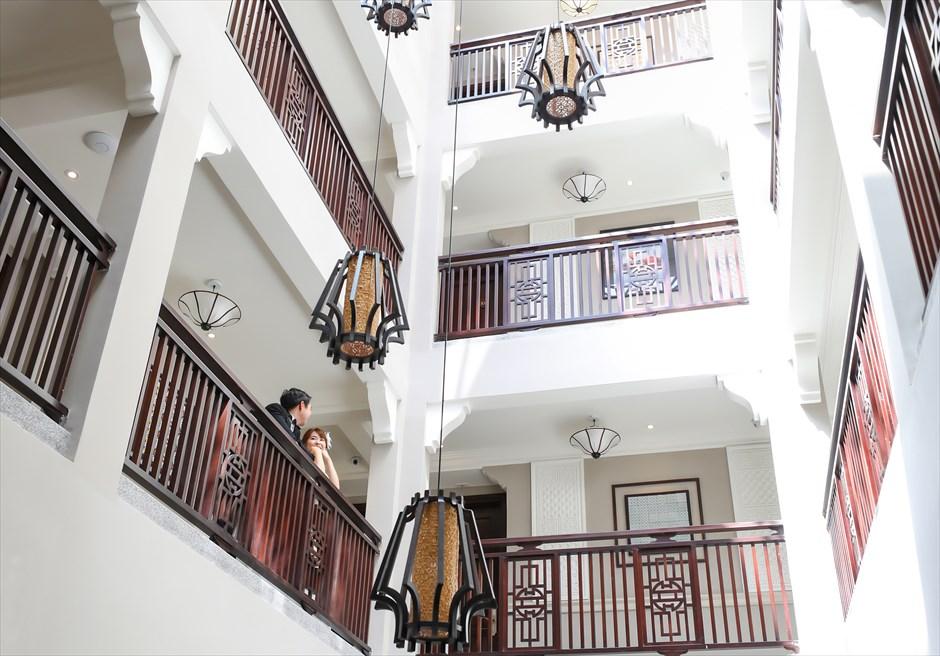 アレグロ・ホイアン・ホテル&スパ<br /> ホテル内吹き抜けの回廊にて