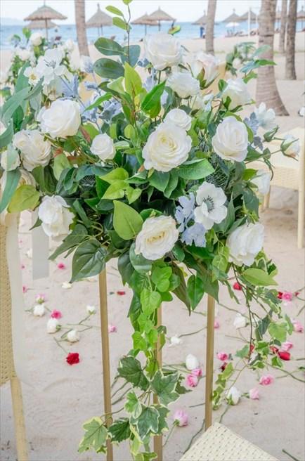 グランヴィリオ・オーシャンリゾート・ダナン<br /> フォレスト・ビーチウェディング<br /> バージンロード生花装飾&3色のバラ