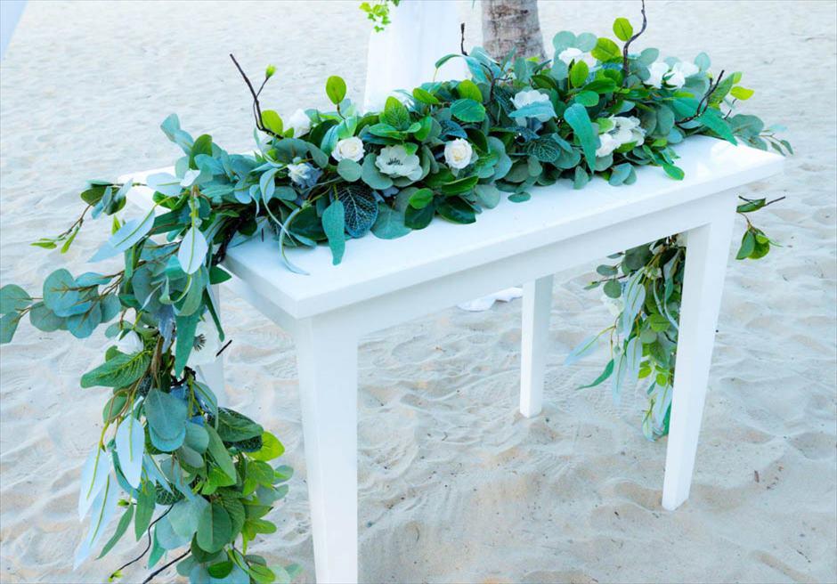 グランヴィリオ・オーシャンリゾート・ダナン<br /> フォレスト・ビーチウェディング<br /> 生花の祭壇装飾