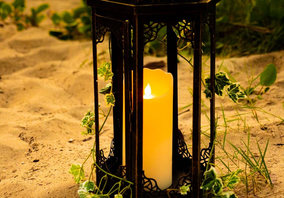 ソル・アンバン・ビーチ・リゾート&スパ<br /> ビーチウェディング・サンセットタイム<br /> 挙式会場装飾・ランタン