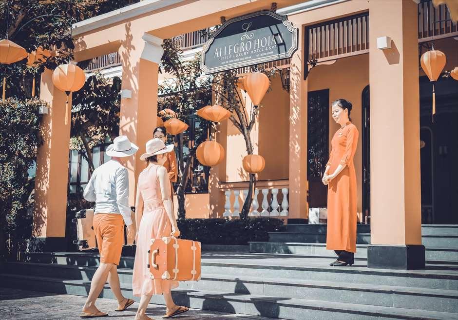 アレグロ・ホイアン・ホテル&スパ<br /> ホイアン・ランタンが色美しいエントランスにてフォトウェディング