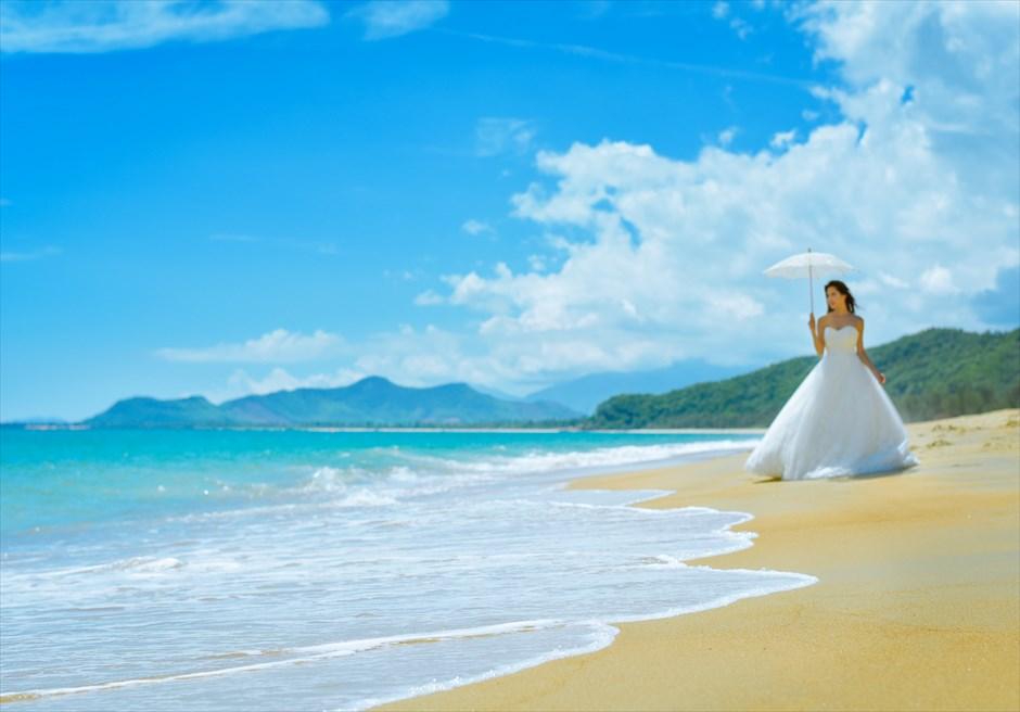 アンサナ・ランコー<br /> 美しいビーチの波打ち際でフォトウェディング