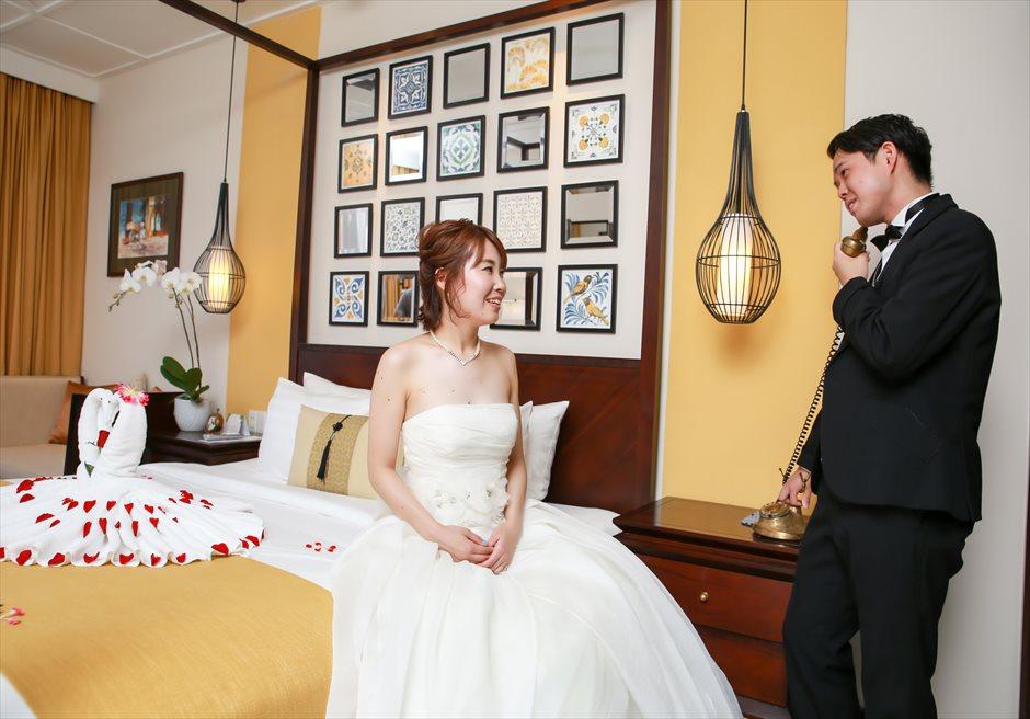 アレグロ・ホイアン・ホテル&スパ<br /> お泊りのスイートルーム・ベッドルームにて<br /> 挙式前撮り撮影