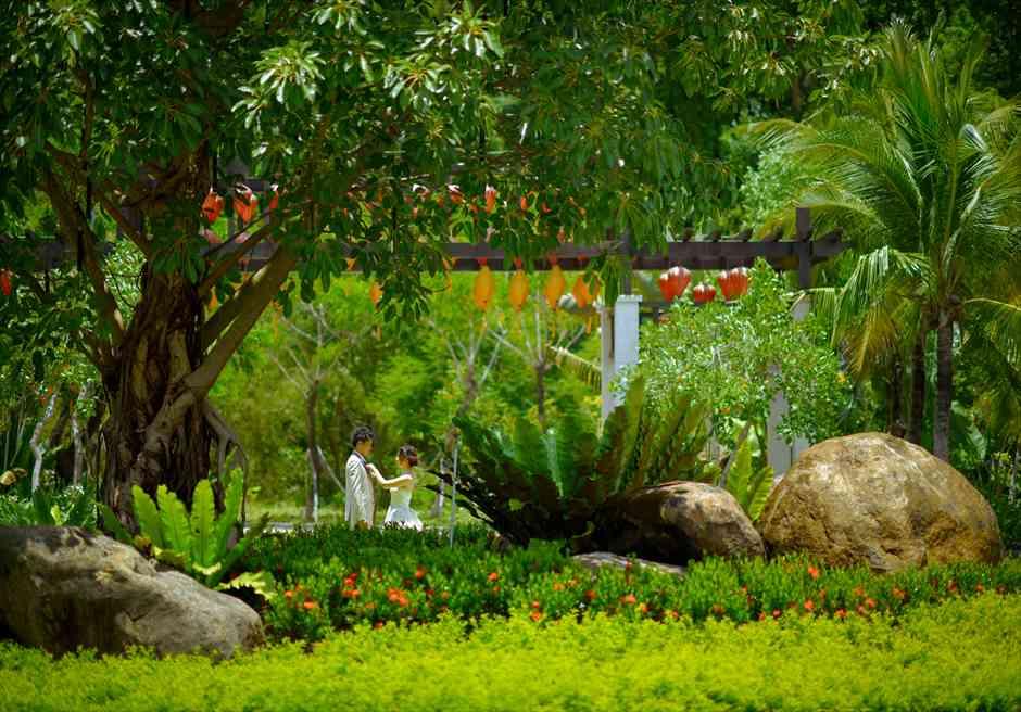 バンヤン・ツリー・ラン・コー<br /> 緑豊かなロビー前ガーデンにてフォトウェディング