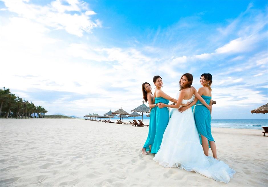 パーティー前撮影<br /> ご参列者とビーチにて<br /> (グランヴィリオ・オーシャン・リゾート)