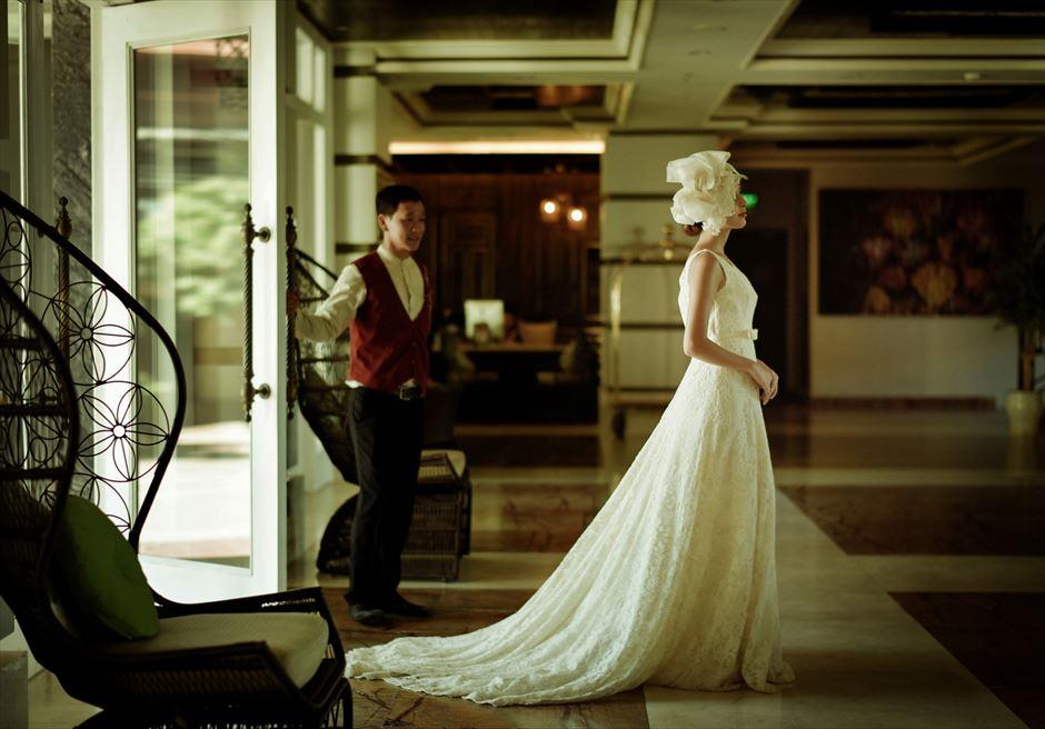 ホテル・ロイヤル・ホイアン・Mギャラリー<br /> コロニアル調のロビーにて<br /> 挙式会場入場撮影