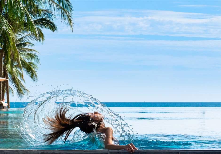 フォーシーズンズ・リゾート・ナム・ハイ<br /> ビーチを望むプールにてフォトウェディング