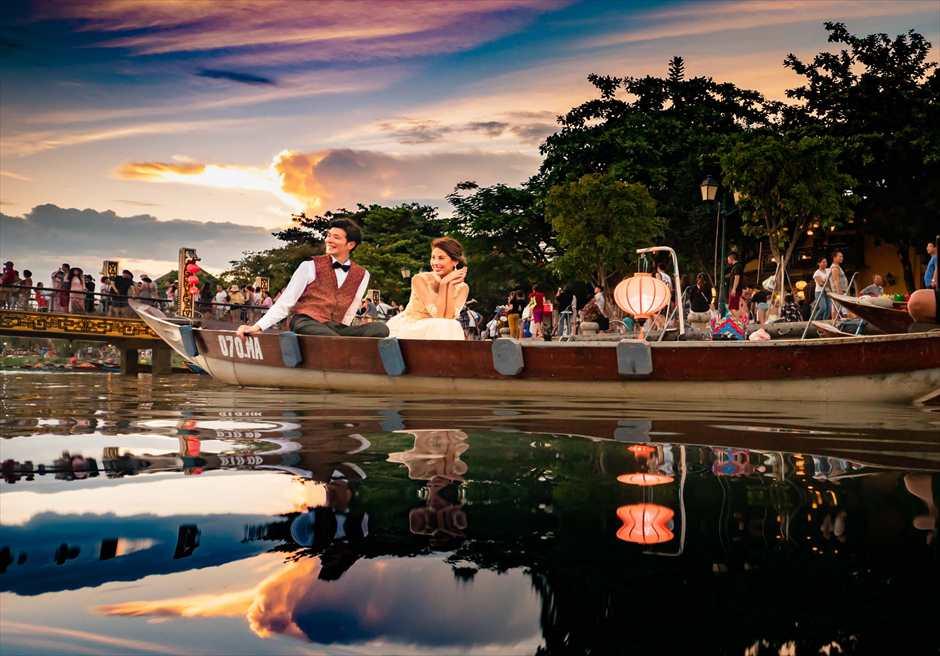 ホイアンリバー<br /> ボートライド・フォトウェディング<br /> 小舟から世界遺産ホイアンを望む