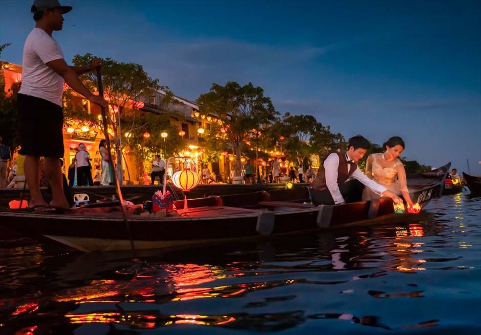 ホイアンリバー<br /> ボートライド・フォトウェディング<br /> 小舟からの幻想的な灯篭流し