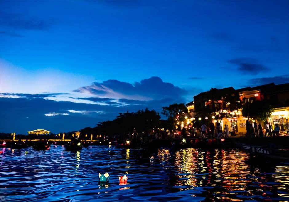 ホイアンリバーより新市街を望む<br /> ボートライド・フォトウェディング<br /> 小舟からの幻想的な灯篭流し
