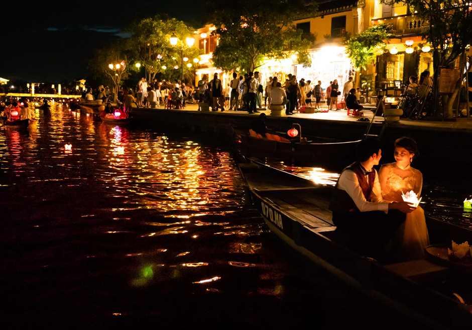 ホイアンリバーより旧市街を望む<br /> ボートライド・フォトウェディング<br /> 小舟からの幻想的な灯篭流し