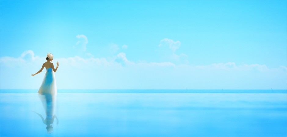 青い空と海を繋ぐインフィニティプール