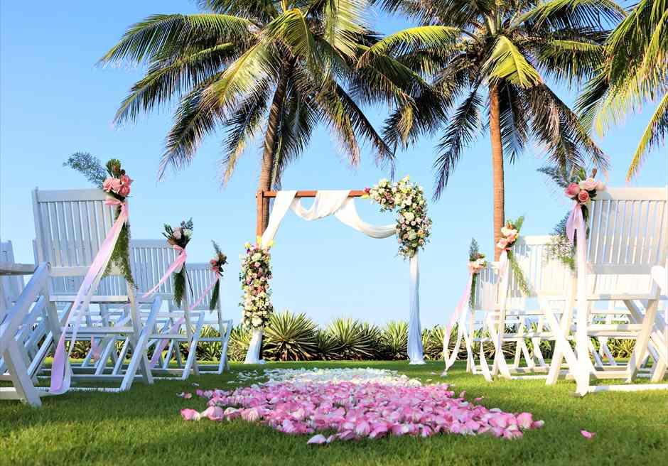 ハイアット・リージェンシー・ダナン<br/>アーチ生花装飾とフラワーバージンロード